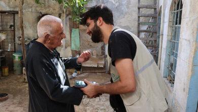"""""""الإغاثة التركية"""" تقدم مساعدة لمسن مسيحي يعيش وحيدا في إدلب"""